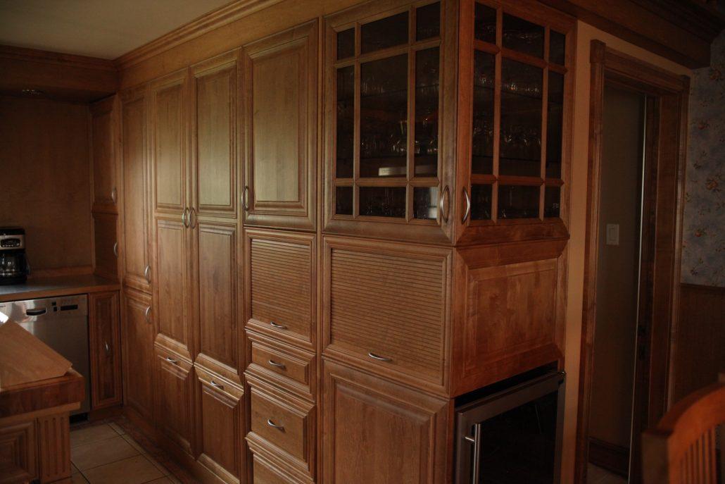 armoire de cuisine bois massif cuisine sur mesure. Black Bedroom Furniture Sets. Home Design Ideas