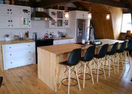 armoire de cuisine bois massif avec îlot live edge par L'Ébénisterie de lanaudière cuisine sur mesure