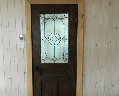 Porte pin massif fabriquer sur mesure avec vitrail par L'Ébénisterie de Lanaudière