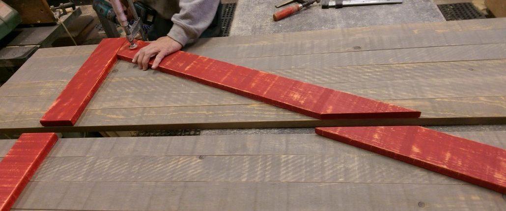 Assemblage d'une porte de grange coulissante, rustique en bois brut