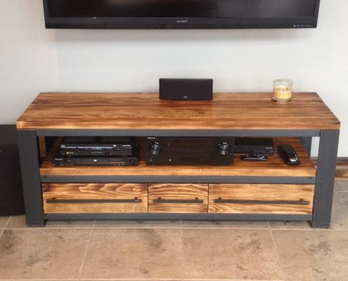 Meuble télé industriel meuble réalisé sur mesure avec du métal brut et du pin massif