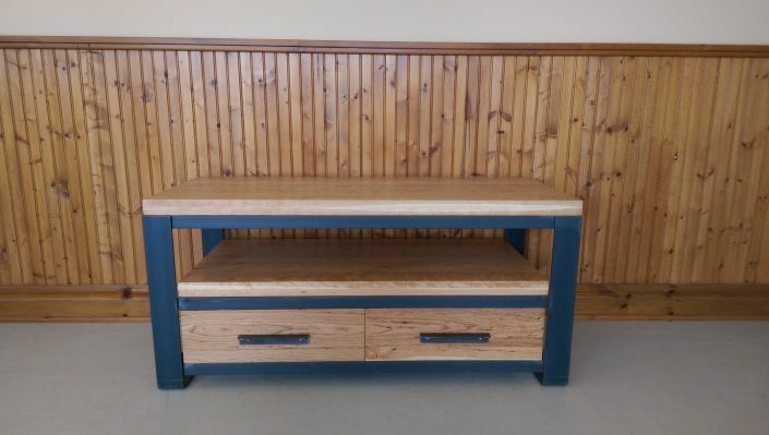 Meuble tv de style industriel en bois et métal en cerisier massif et métal fabriquer sur mesure par L'Ébénisterie de lanaudière