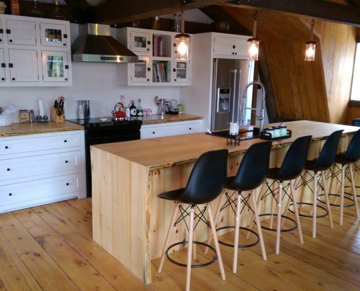 Armoire de cuisine blanche champêtre et îlot de cuisine live edge fabriquer sur mesure par L'Ébénisterie de lanaudière