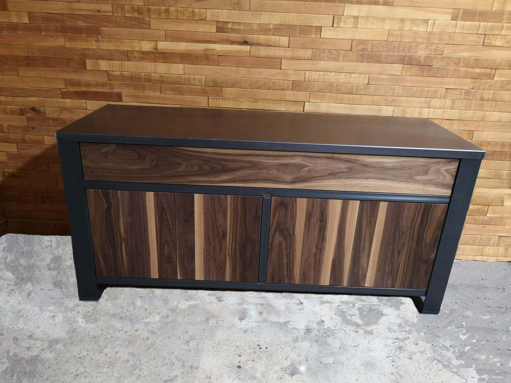 Vanité de salle de bain style industriel bois métal en noyer noir et dessus en acier gris cold rool conçu sur mesure par l'ébénisterie de Lanaudiere