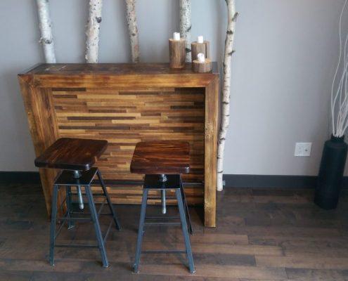 Comptoir bar en pin massif avec tabouret à siège ajustable meuble sur mesure dans Lanaudiere