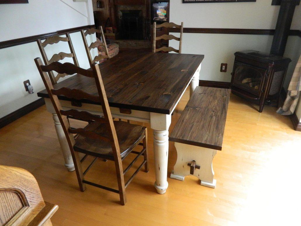 Table de cuisine en pin massif avec finition à la peinture de lait 2 couleurs