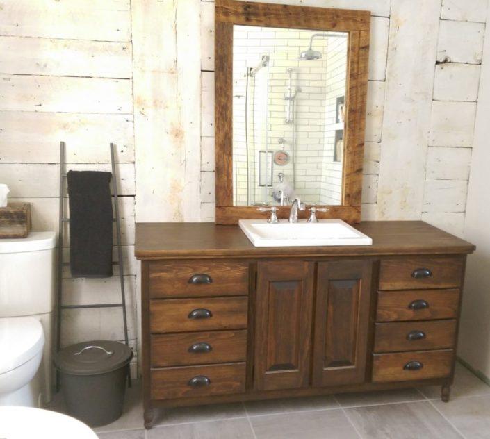 Meuble de salle de bain vanité rustique en bois massif fabriquer sur mesure par L'Ébénisterie de Lanaudière, avec miroie en bois de grange