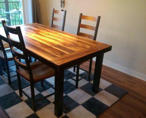 Meuble sur mesure table de cuisine en bois de grange avec patte en métal fabriquer par l'Ébénisterie de Lanaudière