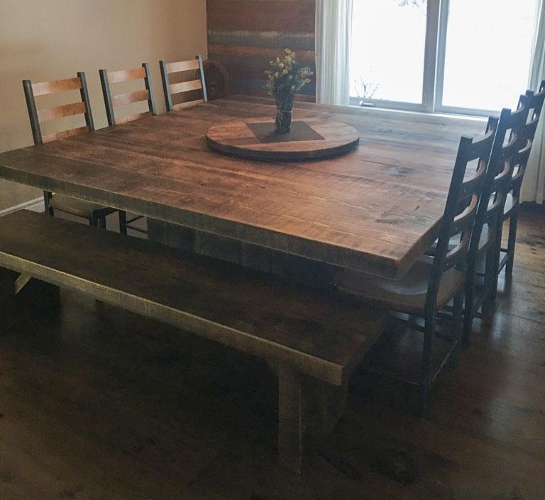 Table de cuisine sur mesure carrée en bois massif avec banc et chaise bois métal fabriquer par l'ébénisterie de lanaudiere