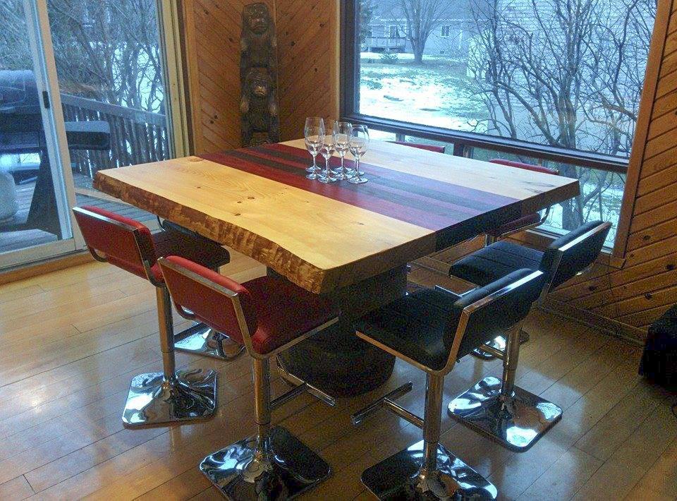 Table de cuisine sur mesure noyer peruvien et padouk de forme carrée avec tranche arbre live edge fabriquer par l'ébénisterie de lanaudiere